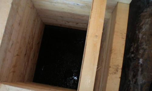 Классический вариант колодца подразумевает выполнение всех его элементов из древесины