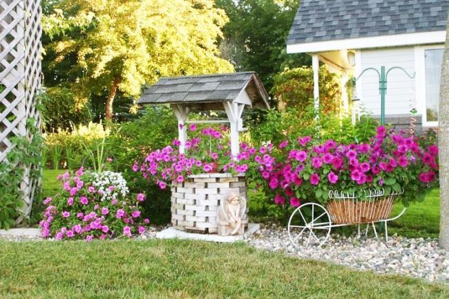 Цветы могут хорошо украсить колодец на даче