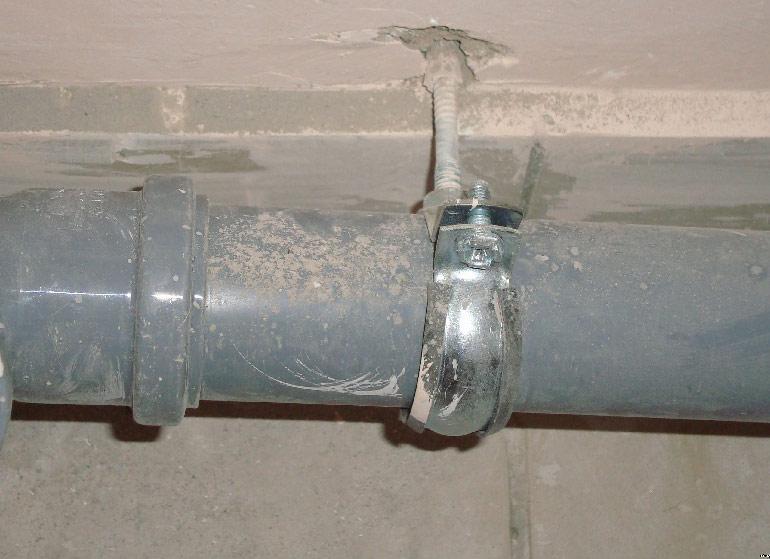 Плохое крепление трубопровода
