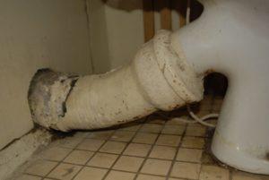 Демонтировать старый соединитель для унитаза